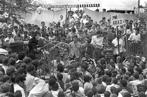 Dylan appearing acoustic at an earlier Newport '65 workshop/Photo by Joe Alpers. Courtesy of Elijah Wald