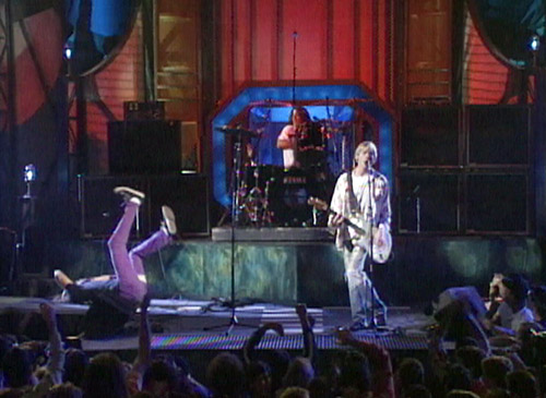 VMA1992-nirvana_bass-in-face-4