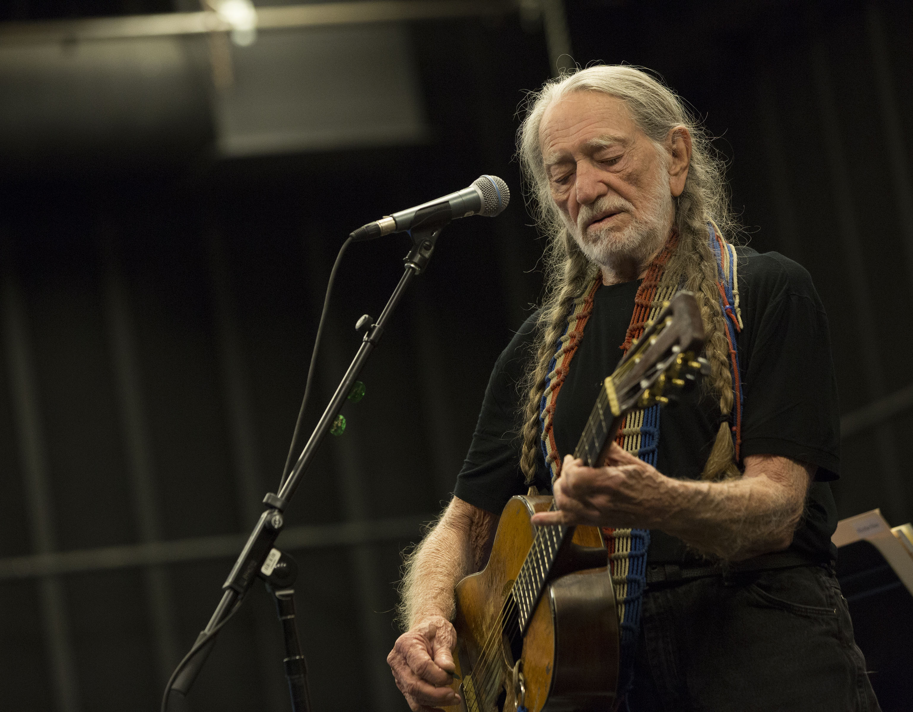 Willie Nelson walks off stage, angers concert goers